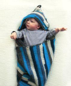 Gehaakte babydeken / omslagdoek met blauwe streepjes. €69,95, via Etsy.