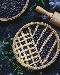 These talented pie bakers go beyond just perfectly-placed lattice top to create true masterpieces, each one more spectacular than the last. Pastry Recipes, Tart Recipes, Wine Recipes, Blueberry Plant, Blueberry Pies, Homemade Blueberry Pie, Pie Decoration, Dark Food Photography, Plant Based Recipes
