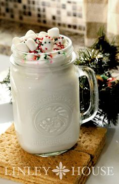 Two easy White Hot Chocolate recipes for this Holiday! (alcohol chocolate recipes for) Non Alcoholic Drinks, Fun Drinks, Yummy Drinks, Beverages, Cocktails, Hot Chocolate Bars, Hot Chocolate Recipes, White Chocolate, White Hot Chocolate Mix Recipe