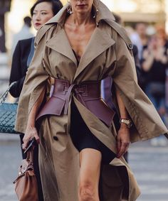 18 Best Style to Consider When Buying Women's Trench Coats Fashion Belts, Girl Fashion, Fashion Looks, Fashion Outfits, Autumn Fashion 2018 Street, Mantel Styling, Mantel Outfit, Outfits Tipps, St Style