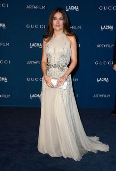 Vestido perfecto para mujeres con pecho grande y algo bajitas, como Salma Hayek que está espectacular.