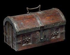 VANITY BOX Oak staves and iron H: 18 cm - W: 30.5 cm - D: 18 cm France or Flanders - XVth Century Very good condition, minor accidents in Small Rectangular box with hinged lid domed, with a handful of mobile wrought iron.