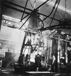 Robert Doisneau // Boulogne Billancourt. Ateliers de forgeage et d'estampage, ouvriers sur machine, 1935