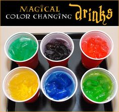 Plastic party cups, food coloring, ice, and any clear drink. Place 2 to 3 drops of food coloring at the bottom of each party cup and let dry. Just before serving the drinks, fill each cup with ice to hide the food coloring. Harry Potter Fiesta, Cumpleaños Harry Potter, Harry Potter Birthday, Harry Potter Recipes, Harry Potter Snacks, Harry Potter Activities, Do It Yourself Food, Fiestas Party, Anniversaire Harry Potter