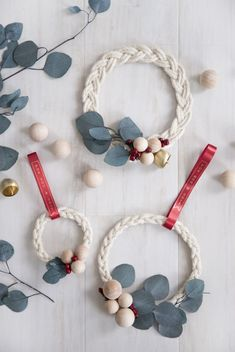Holiday Diy Braided Rope and Ribbon Wreath Noel Christmas, Christmas Projects, All Things Christmas, Handmade Christmas, Christmas Ornaments, Holiday Wreaths, Holiday Crafts, Winter Wreaths, Spring Wreaths