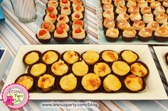 Bocaditos de tortilla y canapés variados mesa merienda - Snack table