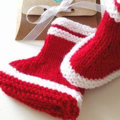 64fe3945e79e Bottes chaussons bébé en laine rouge coffret box kraft cadeau mes premières  bottes naissance baby shower