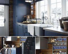 Синяя кухня-столовая в деревянном доме в Финляндии