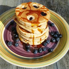 Heidelbeer – Pancakes Ca. 15 Stück Zutaten 250 g Dinkelmehl 250 g Buchweizenmehl bekommst du hier 60 g Agavendicksaft 1 Päckchen Weinsteinbackpulver 400 ml Hafermilch 1 EL Kokosölmein Li…