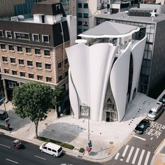 French-based architect and urban planner Christian de Portzamparc designed new Christian Dior Flagship in Seoul and decorated b. Architecture Design, Facade Design, Futuristic Architecture, Contemporary Architecture, Amazing Architecture, Exterior Design, Water Architecture, Architecture Awards, Building Facade