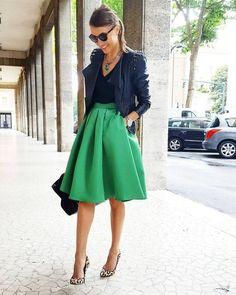 On aime ce look parfait autour de la jupe patineuse avec blouson en cuir & escarpins léopard !