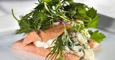 Rakfisk med eple- og løkkrem Norwegian Wedding, Seaweed Salad, Catering, Ethnic Recipes, Food, Catering Business, Gastronomia, Essen, Meals