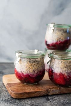 Fruit on the bottom overnight oats are an easy, and prep recipe to get breakfast in the fridge for four days. Nice and thick, with plenty of fruit and a boost of protein from chia seeds. Breakfast Calories, Healthy Breakfast Meal Prep, Best Breakfast, Breakfast Ideas, Healthy Meals, Clean Breakfast, Healthy Breakfasts, Healthy Baking, Healthy Recipes