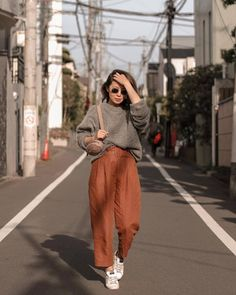 There is 1 tip to buy pants, cropped pants, sweater, grey sweater, sneakers. Zara Fashion, Look Fashion, Fashion Outfits, Fashion Tips, Minimal Chic, Womens Fashion Online, Latest Fashion For Women, Look Street Style, Street Styles