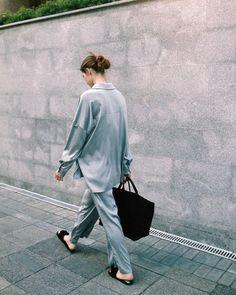"""RUBAN ©️️ on Instagram: """" Рубашка и брюки из струящегося шелка представлены также в черном и бежевом цвете, обувь и сумка изо льна - в бежевом •Рубашка, стоимость:…"""""""