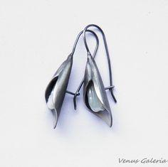 Серьги серебряные - Лилии с белой жемчужиной / VENUS ГАЛЕРЕЯ / Ювелирные изделия / Серьги