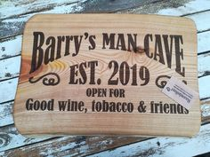 #mancave bord, #naam, #graveren, #kado, #kerst, #feestje, #wine, #tobacco, #friends Wine, Bbq Grill, Chilling, Bamboo Cutting Board, Man Cave, Bar Grill, Barbecue, Man Caves