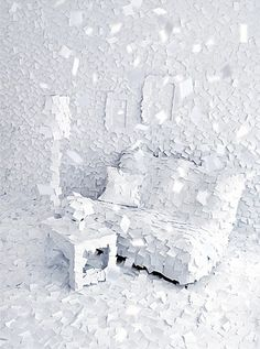 """Winter 1972"" Adrian Merzというアーティストの作品。前面にポストイットが貼られた、紙に覆われた部屋。"