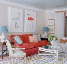Такие гостиные с ненавязчивой мебелью и светлыми стенами в Америке встречаются часто, а вот у нас – редко. Не многие декораторы берутся за скрупулезную работу с акварельными цветами, да и заказчики пока еще настроены на стандартную серо-коричневую гамму.
