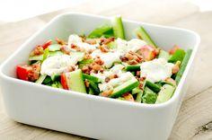 Heerlijke, frisse en simpele spinazie salade met tomaten, komkommer en geitenkaas. Het is een perfecte bbq salade die goed matcht bij een stuk vlees of vis van de barbecue.