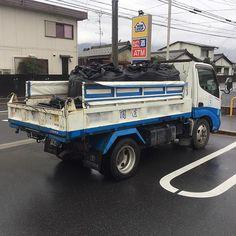 「白川砂利3分(3-10mm)のお買い上げ」  京都の庭師さんが、雨の日ということもあって、急遽、ご来店され、白川砂利(http://ibigawa.shop-pro.jp/?pid=100170228)を引き取りに来られました。  以前に、この庭師さんにサンプルをお送りしてましたが、京都で採れる白川砂利とよく似てるということで、購入することにしたそうです。  なんでも、京都の白川砂利は、宮内省の施設のみ使うことを許されているようで、一般には出回らないそうです。  あなたの庭にも、この白川砂利を使って、京都の庭の雰囲気を作ってみませんか(笑  #白川砂利 #フレコン #京都の庭  #砂利 #化粧砂利