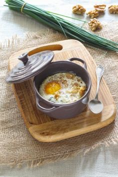 Oeuf cocotte au roquefort et noix - Egg casserole with Roquefort and walnuts - French Cuisine Beef Recipes For Dinner, Brunch Recipes, Veggie Recipes, Appetizer Recipes, Breakfast Recipes, Healthy Recipes, Easy Recipes, Diet Recipes, Breakfast And Brunch