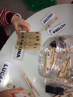Para desarrollas la lectroescritura, los alumnos escribirán su nombre en pinzas de la ropa. Una letra por cada palito.