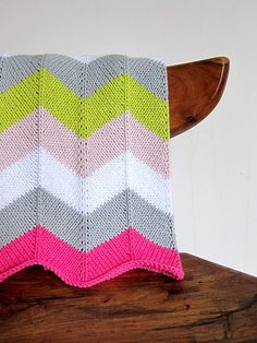 Knitted, not crochet, but I love the colors. Ravelry: Chevron Baby Blanket pattern by Espace Tricot Easy Knit Baby Blanket, Chevron Baby Blankets, Chevron Blanket, Knitted Baby Blankets, Manta Crochet, Crochet Baby, Knit Crochet, Knitting Projects, Crochet Projects