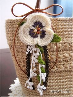 Pansy corsage: crochet Crochet Brooch, Bag Crochet, Crochet Headband Pattern, Crochet Flower Patterns, Crochet Handbags, Crochet Patterns Amigurumi, Crochet Motif, Crochet Flowers, Crochet Hair Accessories