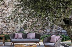 La collezione Ludo di Atmosphera include eleganti poltrone e divani per esterni, ideali per terrazzi, giardini e dehors. Le poltrone e i divani Ludo di Atmosphera hanno la struttura in teak, abbinata a corde intrecciate a mano in fibra acrilica di Teflon, resistenti all'acqua e di facile pulizia.