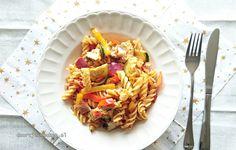 Een enorm lekkere Italiaanse pastasalade met kipfilet en groenten uit de oven. Er zit een overheerlijk Provençaals tintje aan.