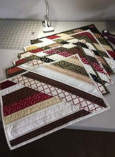 Patchwork patterns kitchen quilted potholders ideas Super cute hot pad on this link using old jeans Quilted Placemat Patterns, Mug Rug Patterns, Jelly Roll Quilt Patterns, Quilted Potholders, Patchwork Quilt Patterns, Quilting Patterns, Patchwork Designs, Quilting Tutorials, Crazy Patchwork