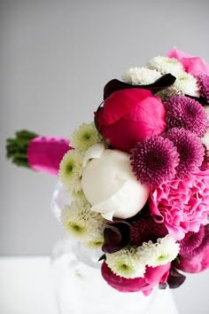 Un ramo de novia blanco y rosa fucsia : LaNoviaNovata.com