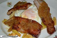 Secreto ibérico con huevos rotos y cebolla caramelizada.