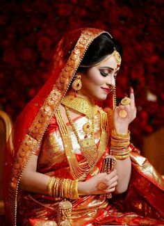 hashtags for indian wedding photography Indian Wedding Poses, Indian Bridal Photos, Indian Wedding Couple Photography, Bride Photography, Indian Weddings, Photography Ideas, Hena, Beautiful Indian Brides, Beautiful Saree