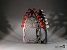 Lluis Duran - anillos de plata oxidada con corales o perlas: oxidized silver rings with coral and pearls. Interesting!