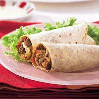 Turkse opgerolde pizza met aubergine en paprika, glutenvrije wraps gebruiken