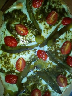 1er étape Ingrédients 2 grosses tartines à Bruschetta , 4 à 6 tranches de jambon fumé,1 paquet de philadelphia à l'ail et fines herbes, 1 pot de pesto vert ,1 poivron vert,1 oignon rouge en rondelle ,200 gr de mozzarella, 100 gr de tomates cerises, roquette...