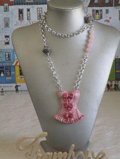 """Charmant collier avec pendentif en céramique """"Une jolie guêpière"""" de la boutique framboisefrancoise sur Etsy"""