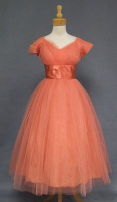 Vintage Formal Wear - Page 1 50s Prom Dresses, 1950s Prom Dress, Vintage Dresses 50s, Vintage Prom, Vintage Clothing, Vintage Stuff, Retro Vintage, 1950s Fashion, Vintage Fashion