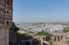 """""""Als je dan toch in Rajasthan bent, ga dan zeker ook een lassi drinken."""" Vincents woorden galmen door mijn hoofd als ik samen met mijn gids Raj vanuit het Meranghar Fort afdaal naar de steegjes van de 'blauwe stad' Jodhpur. De eindeloze verscheidenheid aan kleuren springt meteen in het oog. Wat houden de Indiërs van kleuren: geen saaie grijze pakken, maar felle rode, gouden en groene tinten branden zich op mijn netvlies. Ik zet mijn zonnebril op en dring door naar het hart van Jodhpur."""