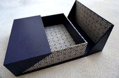 cartonnage de Marie-Hélène et de ses élèves What a beautiful geometric lid! The design shows off the patterned paper quite nicely.What a beautiful geometric lid! The design shows off the patterned paper quite nicely. Gift Packaging, Packaging Design, Packaging Ideas, Simple Packaging, Diy Paper, Paper Crafts, Creative Box, Diy Box, Book Binding