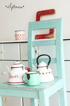 Uralter Stuhl, besonders schön und sooo türkis-minty? hahaha so würde ich die Farbe halt beschreiben ;-) schön stabil und bequem und sicherlich ein Un