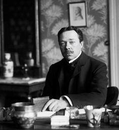#HjalmarSöderberg nacque a Stoccolma nel 1869. Dopo aver abbandonato l'università per dedicarsi alla letteratura, debuttò nel 1895 con «Smarrimenti», romanzo che provocò numerose critiche nei suoi confronti da quella Stoccolma che abbandonò definitivamente nel 1917, per trasferirsi a Copenhagen. Qui morì nel 1941.