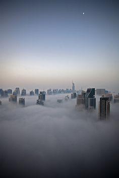 Immeubles dans les nuages / RossOtto