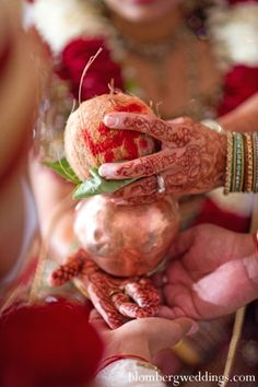 The traditional Indian wedding ceremony. The bride and groom perform traditional customs and rituals. Wedding Couple Photos, Indian Wedding Photos, Indian Wedding Photography, Wedding Day Quotes, Wedding Moments, Indian Wedding Ceremony, Marathi Wedding, India Wedding, Wedding Photoshoot
