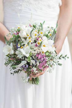 Brautstrauss mit bunten Wildblumen und wilden Hochzeitsblumen in rosa, Flieder und Weiß Destination Hochzeit in Spanien | Hochzeitsblog The Little Wedding Corner