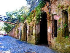 Factor's Walk, Savannah, Georgia // See some of Savannah's secrets as you walk down Factor's Walk. It's a beautiful cobblestoned area on the back side of River Street and you'll feel like you stepped back in time as you walk along the alleyways. Downtown Savannah, Savannah Chat, Free Travel, Travel Usa, The Places Youll Go, Places To See, Savanna Georgia, Georgie, Tybee Island