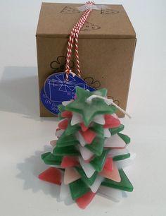 Een kaars van 18 gestapelde sterren in rode, groene en witte kleuren. De kaars is circa 8 cm hoog en wordt veilig verpakt in een doosje. Gift Wrapping, Gifts, Kraft Paper, Seeds, Gift Wrapping Paper, Presents, Wrapping Gifts, Favors, Gift Packaging