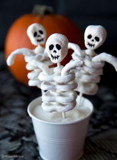 Luurankotikkarit  ovat Halloween-juhlien hitti! Ranka muodostuu suolarinkeleistä eli Pretzeleistä, jotka on kastettu valkoiseen Candy melts -kuorrutteeseen. Hyödynnä tikkareita kakun tai muffinssien koristeina tai tarjoa sellaisinaan. Candy melts -nappeja saa leivontatarvikeliikkeistä, mutta ne voi korvata valkosuklaalla